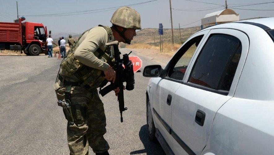 Un soldat turc vérifie un véhicule à un point de contrôle à Diyarbakir (sud-est), le 26 juillet 2015