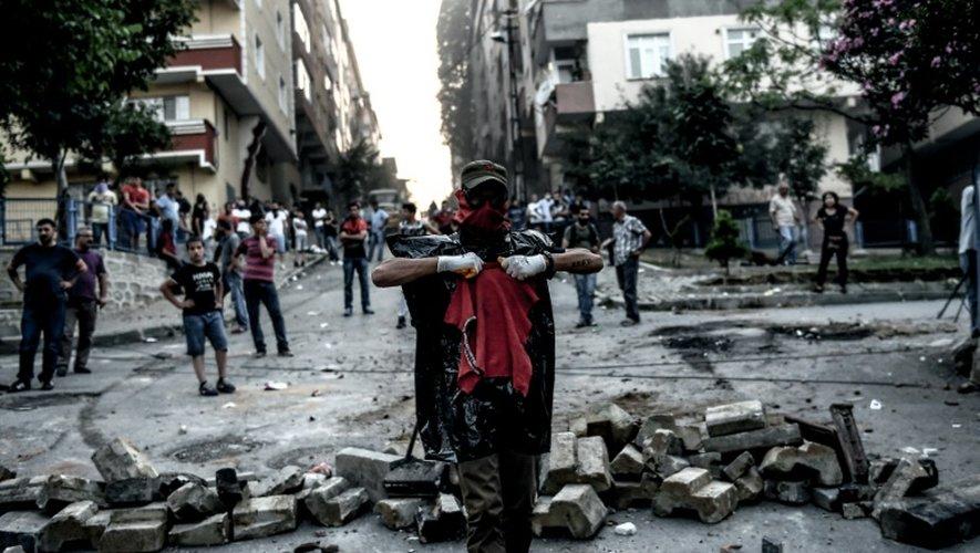 Des militants d'extrême gauche affrontent la police turque dans le quartier de Gazi à Istanbul, le 26 juillet 2015
