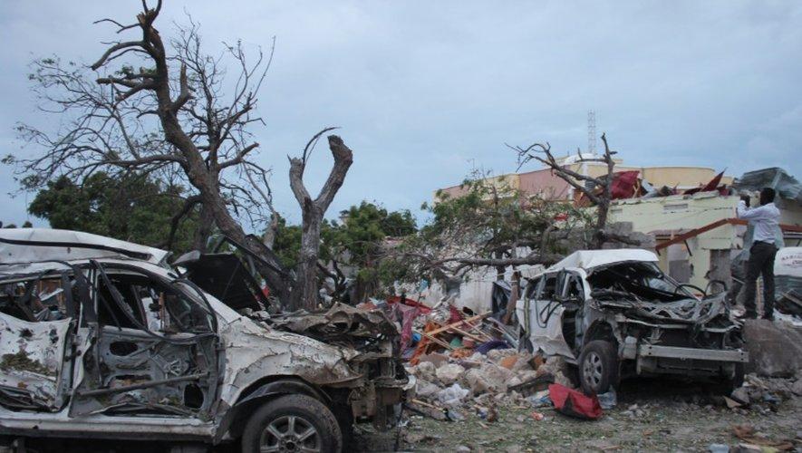 Carcasses de voitures après l'attentat qui a visé l'hôtel Jazeera à Mogadiscio, le 26 juillet 2015