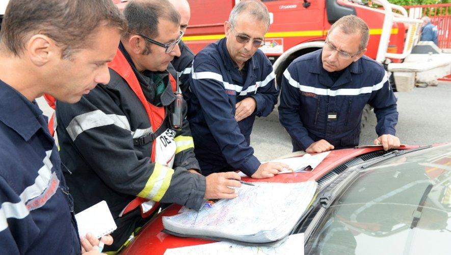 Les pompiers consultent des plans le 26 juillet 2015 à Pessac