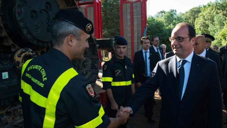 François Hollande le 27 juillet 2015 Bormes-les-Mimosas avec des pompiers