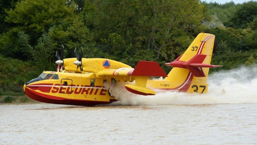 Un avion de la sécurité civile s'approvisionne en  eau sur la Garonne le 26 juillet 2015 à Beautiran sur