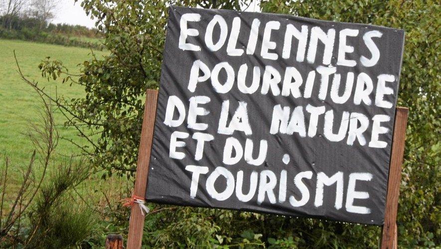"""A défaut d'éoliennes, de nombreuses affiches """"fleurissent"""" sur le Ségala."""