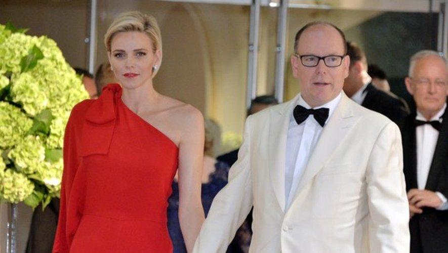 Monaco : Charlene en rouge Valentino au Gala de la Croix Rouge