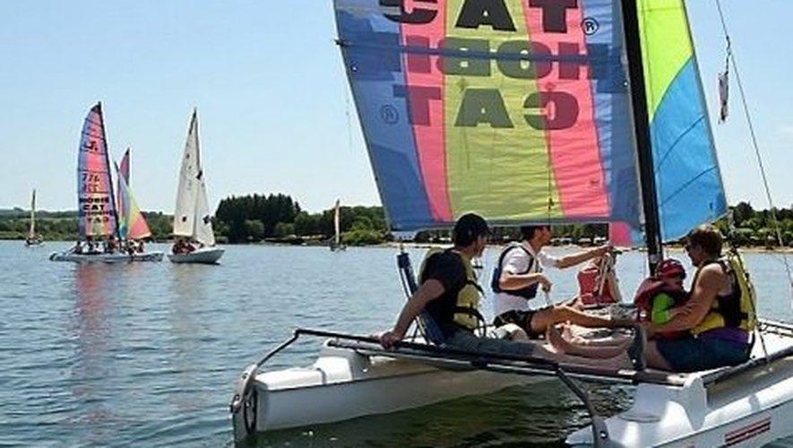 La pratique des sports nautiques sur le lac de Pareloup est l'un des attraits touristiques du Lévezou.