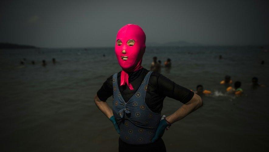 Une femme portant un face-kini sur une plage de Qingdao dans l'est de la Chine, le 24 juillet 2015