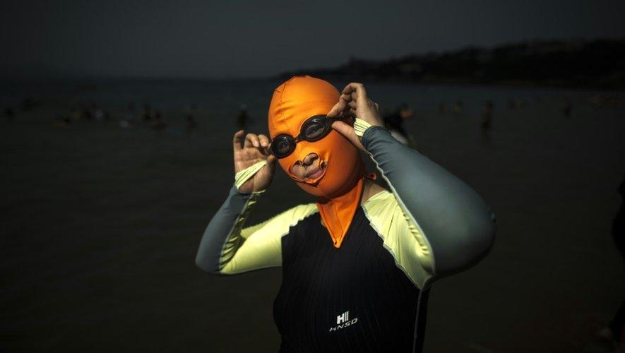 Une femme portant un face-kini sur une plage de Qingdao, dans l'est de la Chine, le 24 juillet 2015