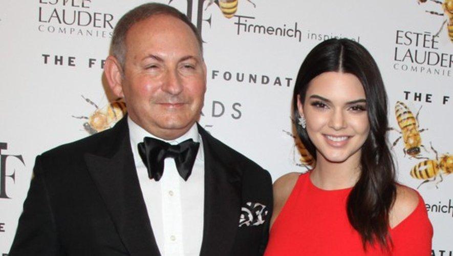 Kendall Jenner ici en compagnie de John Demsey, le PDG du groupe Estée Lauder
