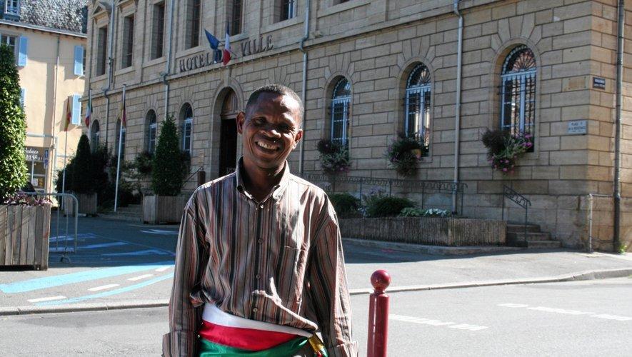 Léon Rasolofoson, de passage<QA0> à Espalion, fier de poser avec ses couleurs.