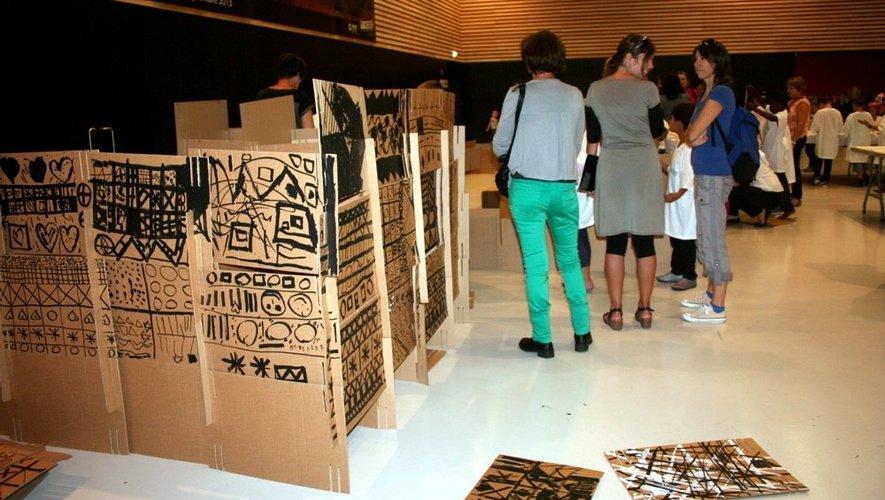 Petit à petit, les murs de ce musée Soulages en carton prennent forme.