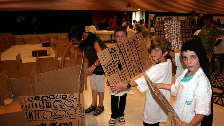 Les cartons servent à la construction des murs de la maquette.