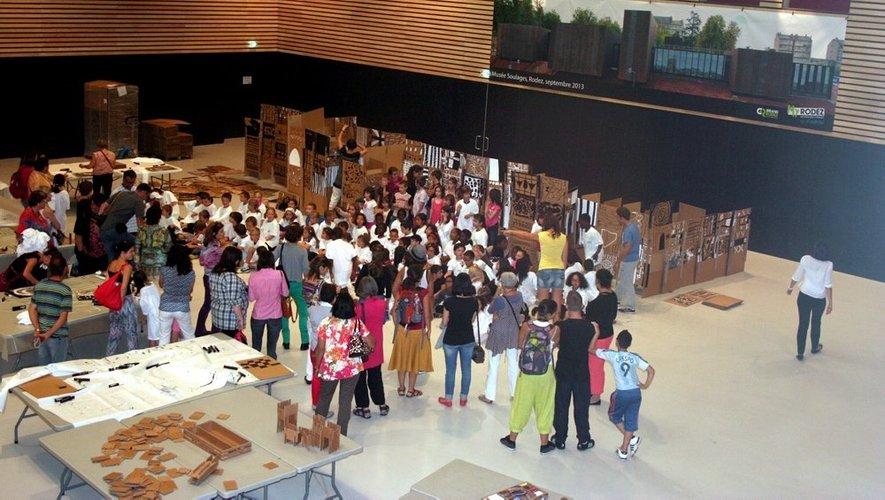 A 16h30, les enfants se sont réunis devant la maquette pour qu'une photo de groupe soit prise.