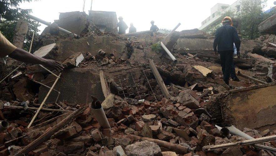 Pompiers et securistes au milieu des décombres de l'immeuble qui s'est effondré le 27 septembre 2013 à Bombay