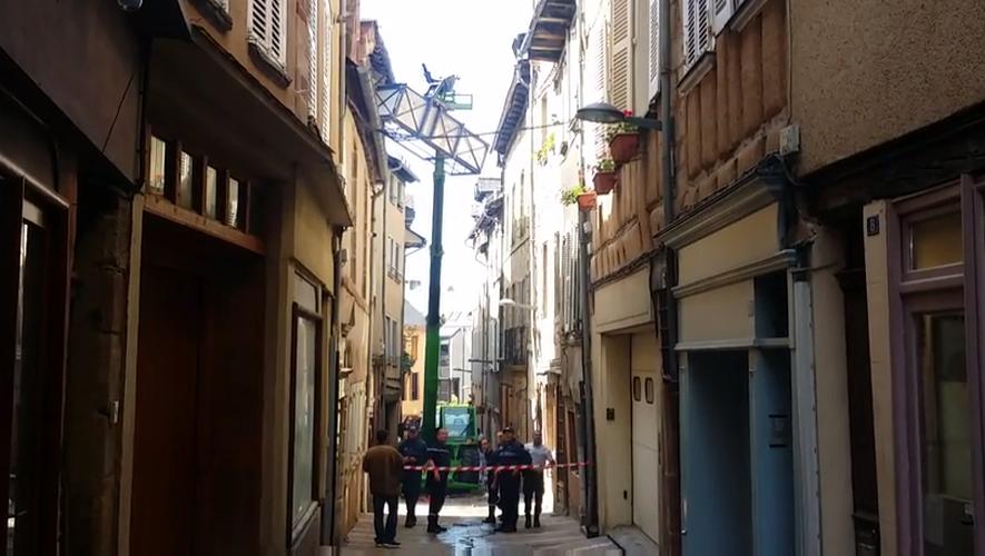 Les deux hommes, couvreurs ruthénois, tentaient d'accéder au toit de cet immeuble, rue de la Barrière.