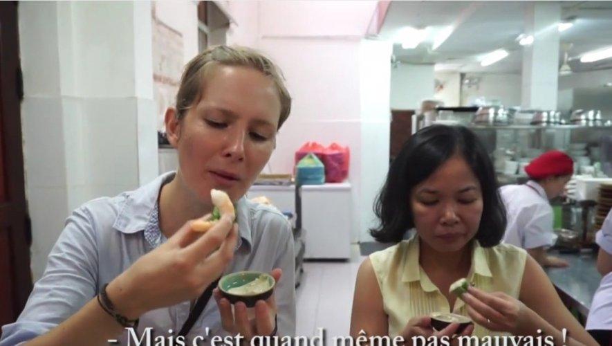 Deux Aveyronnais cuisinent des nems au roquefort au Vietnam !