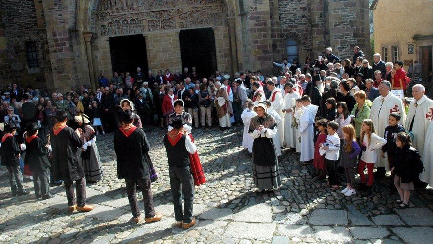 Conques : la procession de sainte Foy attire des centaines de fidèles
