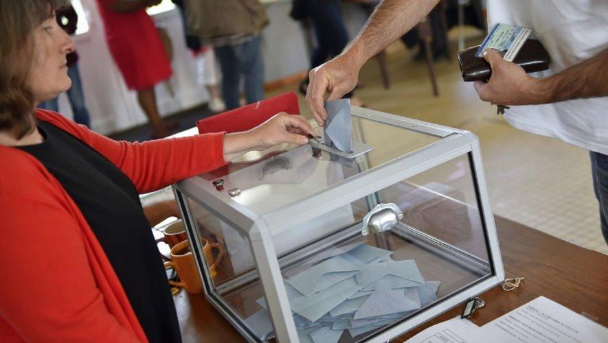 Un électeur dépose son bulletin dans l'urne lors du référendum sur l' aéroport, le 26 juin 2016 à Notre-Dame-des-Landes