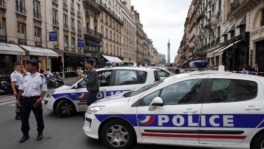 Des policiers sur les lieux d'un braquage rue de la Paix à Paris, le 4 octobre 2013