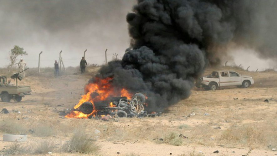 Des forces libyennes soutenues par l'ONU sur le site d'une attaque suicide à Syrte le 2 juin 2016