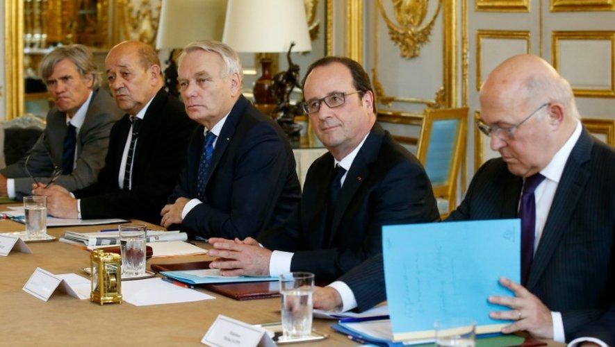 François Hollande entre St2phane Le Foll, Jean Yves Le Drian, Jean-Marc Ayrault et Michel Sapin, lors d'une réunion ministérielle de crise le 24 juin 2016 à l'Elysée à Paris