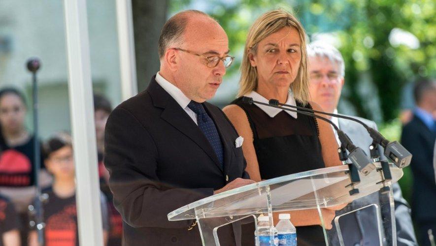 Bernard Cazeneuve et  Laurence Cornara, l'épouse d'Hervé Cornara, lors de l'hommage qui lui a été rendu le 26 juin 2016 à Fontaines-sur-Saône