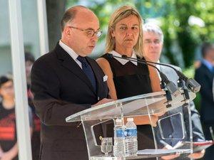 Terrorisme: Cazeneuve décore à titre posthume un chef d'entreprise décapité