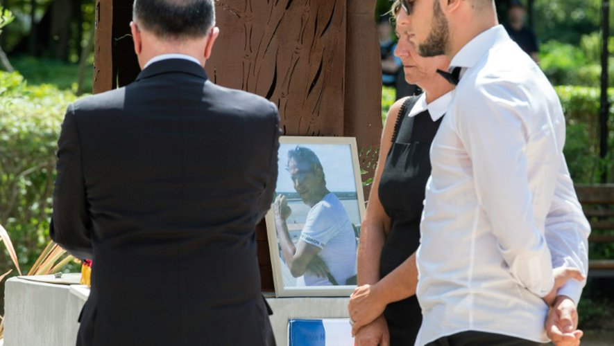 Bernard Cazeneuve,  Laurence et Kevin Cornara, l'épouse et le fils d'Hervé Cornara, lors de l'hommage qui lui a été rendu le 26 juin 2016 à Fontaines-sur-Saône
