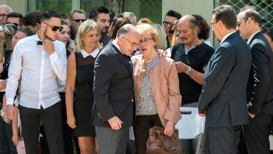 Bernard Cazeneuve et la mère d'Hervé Cornara, Lucette, lors de l'hommage qui lui a été rendu le 26 juin 2016 à Fontaines-sur-Saône