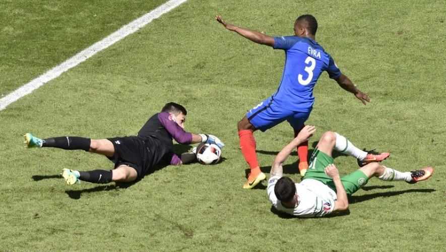 Le gardien Hugo Lloris et Patrice Evra protègent le but des Bleus devant Robbie Brady de l'Irlande à Lyon, le 26 juin 2016
