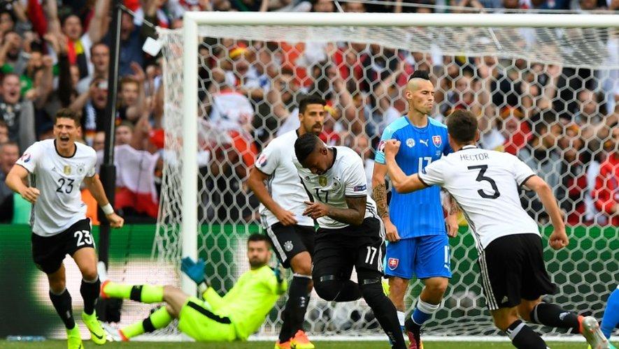 Le défenseur de l'Allemagne Jerome Boateng (c) après avoir signé l'ouverture du score face à la Hongrie à Lille, le 26 juin 2016