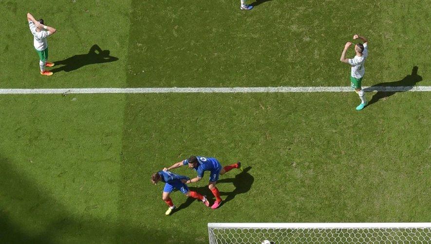 L'attaquant de l'équipe de France Antoine Griezmann vient d'inscrire son 2e but contre l'Eire à Lyon, le 26 juin 2016