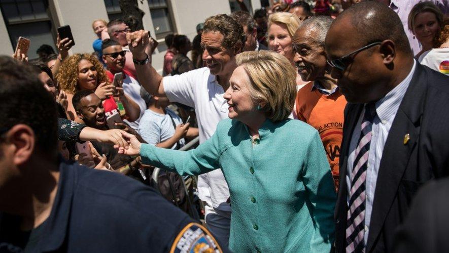La candidate démocrate à la Maison Blanche Hillary Clinton assiste à la 46e Gay Pride de New York, le 26 juin 2016