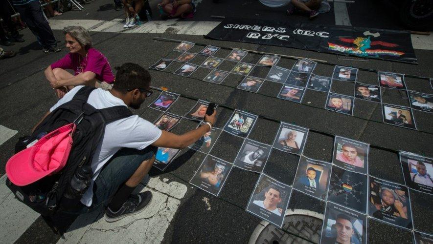 Des photos des victimes de l'attaque dans une boîte gay d'Orlando disposées avant la 46e Gay Pride de New York, le 26 juin 2016