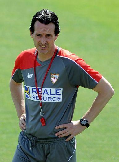 L'entraîneur du FC Séville Unai Emery dirige une séance d'entraînement, le 21 mai 2016 à Séville