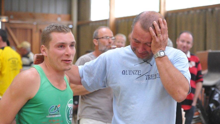Jean-Baptiste Mouysset félicité par son père à l'issue d'un final dantesque de la part du licencié de Bozouls.