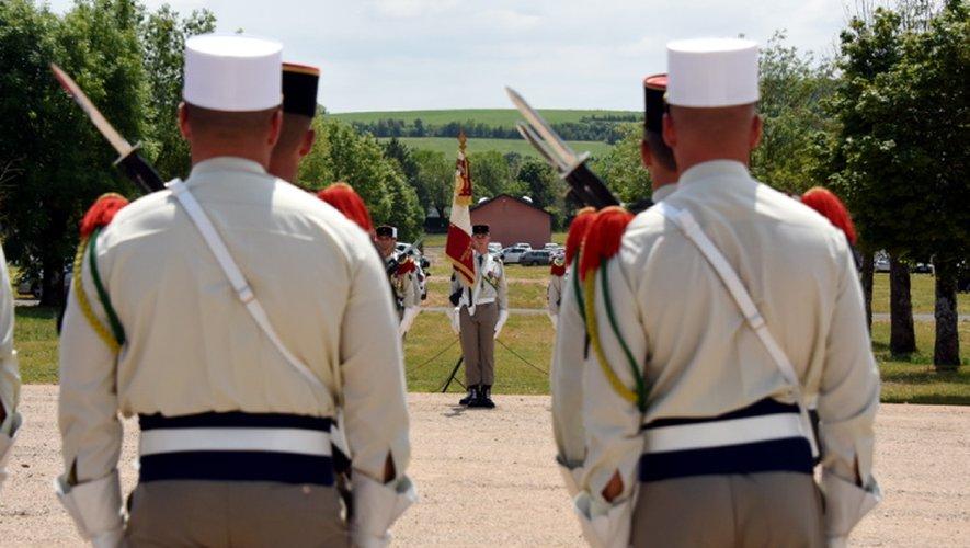 Le transfert du drapeau sur la place d'armes. Un instant solennel de la cérémonie.