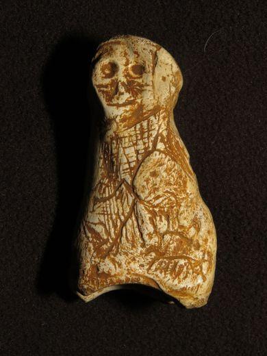 L'artiste a très probablement sculpté l'os avec un outil en silex.