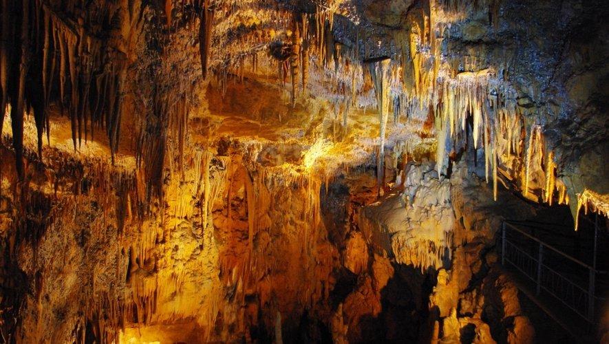 Découverte en 1965, puis aménagée et ouverte au public en 1973, la grotte de Foissac constitue un remarquable Musée naturel souterrain.