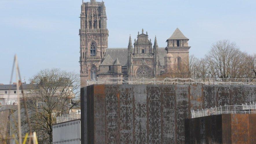 La cathédrale attire chaque année près de 300 000 visiteurs. Les estimations tablent sur 80 000 à 100 000 visiteurs par an au musée Soulages.