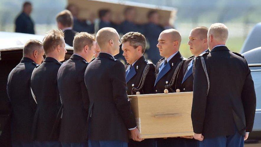 Les corps de victimes du  crash du Boeing 777 de la Malaysia Airlines en Ukraine, à leur arrivée le 23 juillet 2014 sur la base aérienne d'Eindhoven aux Pays Bas