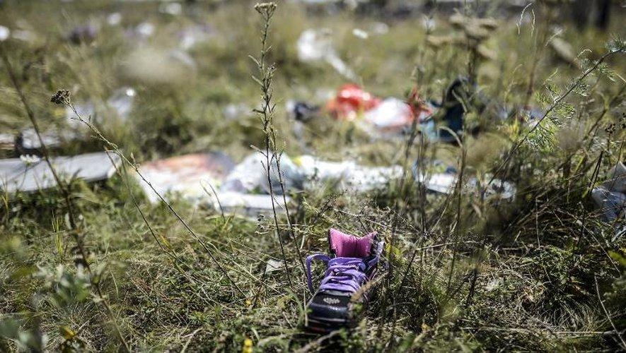 Des objets personnels des passagers du vol MH17 dispersés le 23 juillet 2014 sur le lieu du crash à Grabove