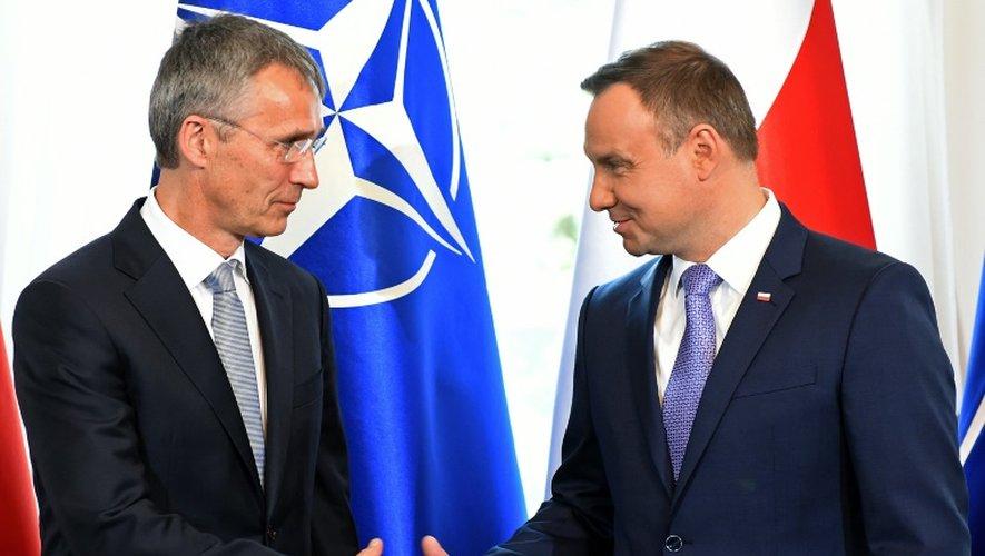 Le Secrétaire général de l'Otan Jens Stoltenberg (g) et le président polonais Andrzej Duda, le 7 juillet 2016 à Varsovie
