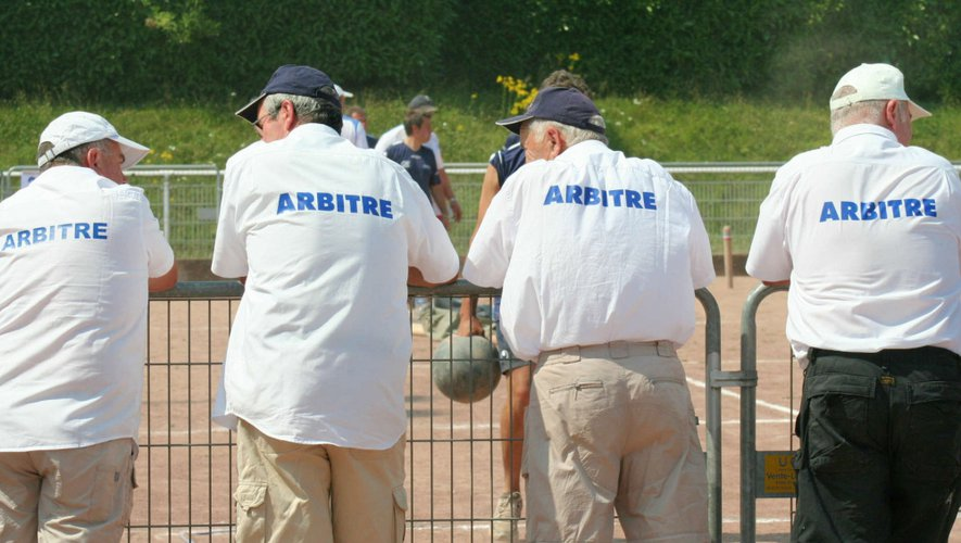 Entre deux parties, les arbitres jaugent la concurrence.