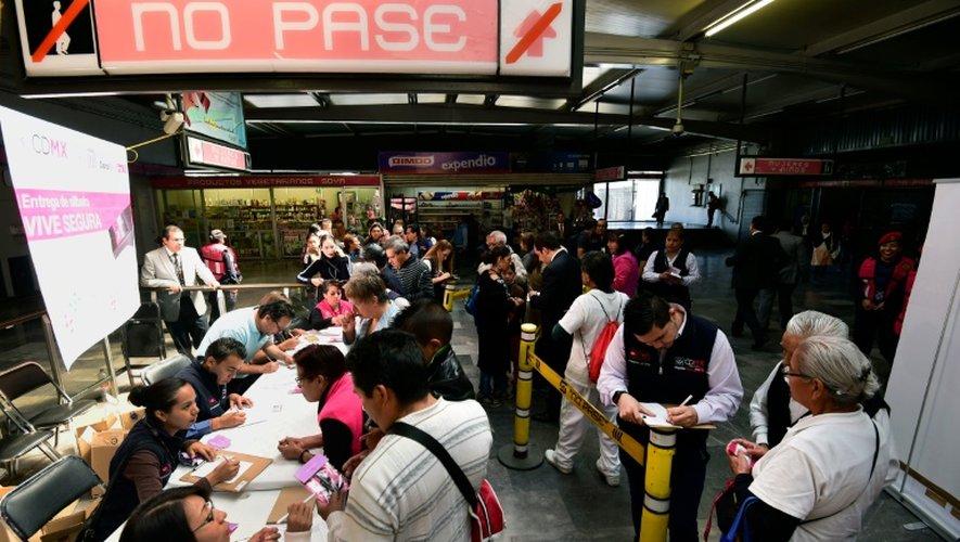 Distribution de sifflets contre le harcèlement, dans la station de métro de Pantitlan, à Mexico, le 6 juillet 2016