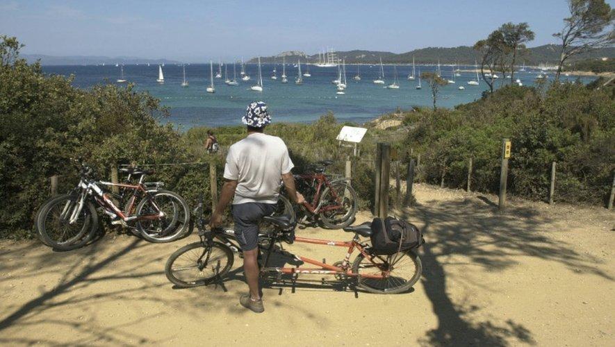 Photo d'un touriste en vélo sur l'île de Porquerolles