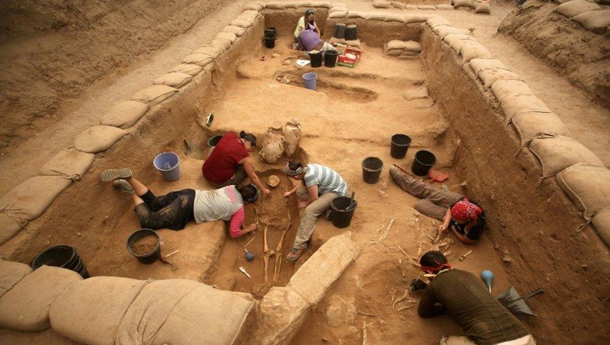 Des archéologues font des fouilles dans un cimetière philistin, sur des ossements du peuple du géant Goliath, à Ashkelon en Israël, le 28 juin 2016