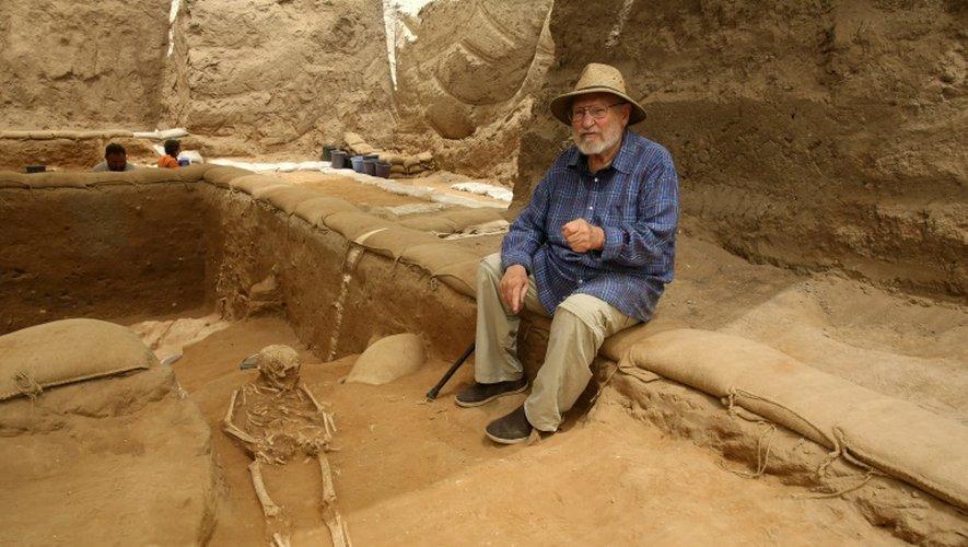 L'archéologue américain Lawrence E. Stager, professeur à l'université d'Harvard, sur le site du premier cimetière philistin jamais trouvé, à Ashkelon en Israël, le 28 juin 2016