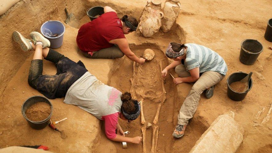 Une équipe d'archéologues étrangers sur le site du premier cimetière philistin jamais découvert à Ashkelon en Israël, le 28 juin 2016