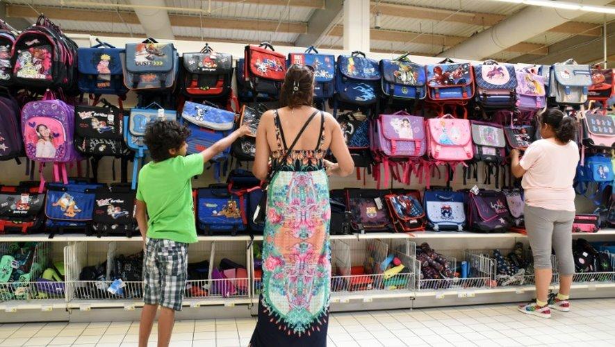 Une famille fait ses courses de rentrée dans un supermarché de Labège, en Haute-Garonne, le 20 août 2015