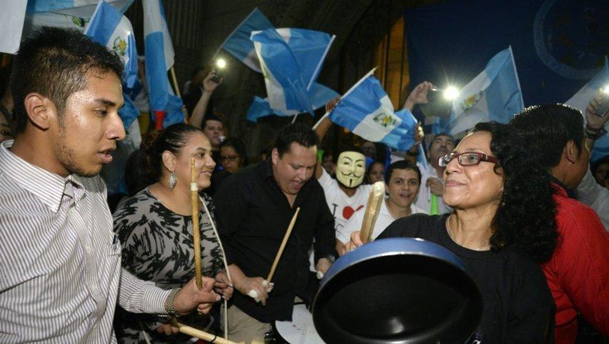 Des Guatémaltèques fêtent la levée de l'immunité du président Otto Pérez, le 1er septembre 2015 devant le Parlement de la ville de Guatemala